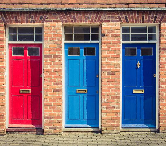 Drei Türen in unterschiedlichen Farben