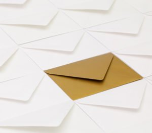 Ein goldener Briefumschlag