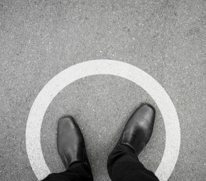 Mann steht im Kreis