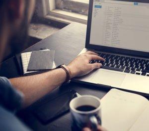 Margens mit Kaffee Emails checken